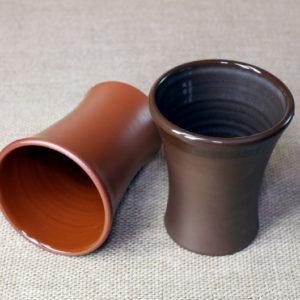 Глиняный стакан ручной работы двойного обжига покрытый глазурью.