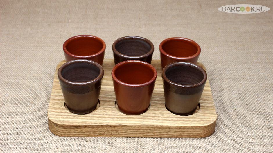 Набор глиняных стопок (рюмок, шотов) ручной работы на подставке из массива дуба.