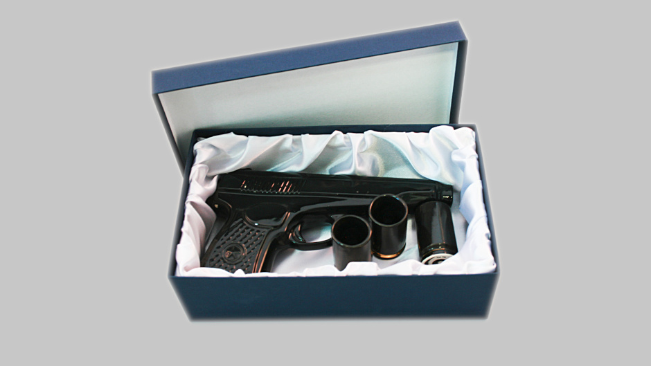 Фарфоровый штоф в виде пистолета Макарова с рюмками