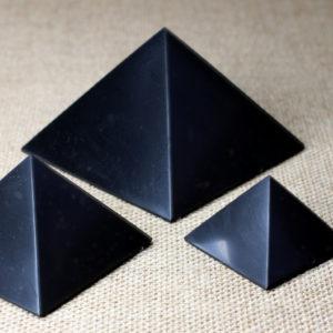 Полированная пирамида из шунгита ручной работы