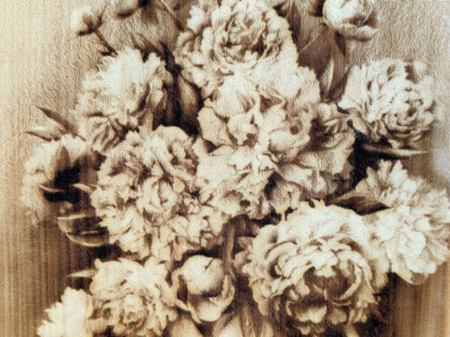 Разделочная доска с рисунком вазы цветов из кедра