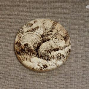Разделочная доска круглая с гравировкой из массива сибирского кедра