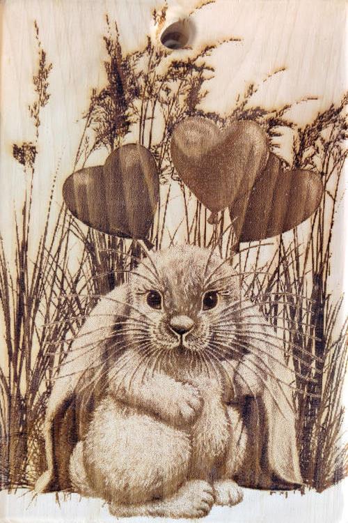 Разделочная доска с рисунком кролика из кедра