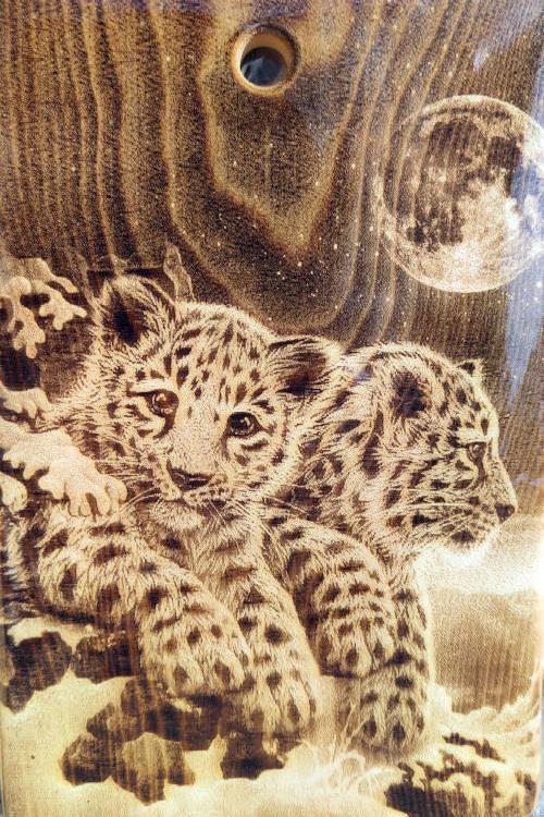 Разделочная доска с рисунком леопардов из кедра