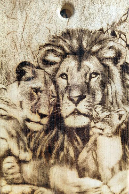 Разделочная доска с рисунком львов из кедра