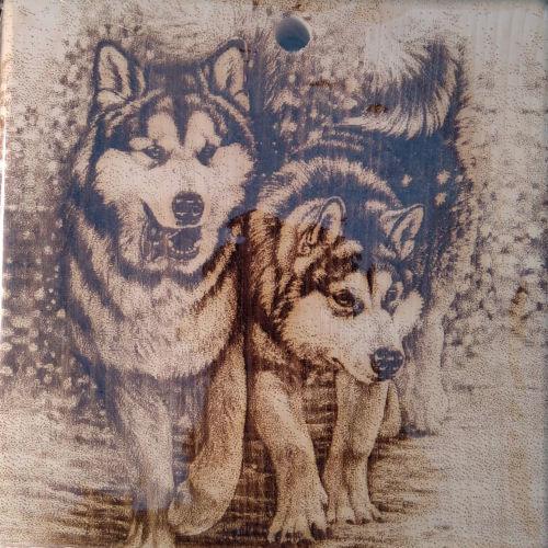 Разделочная доска с рисунком собак из массива сибирского кедра