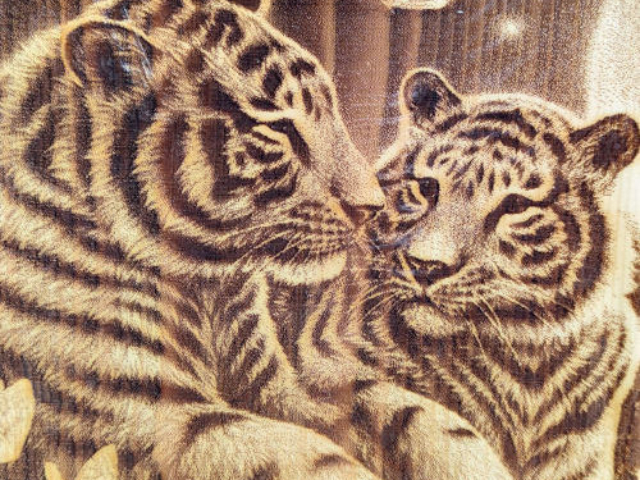 Разделочная доска с рисунком тигра из массива сибирского кедра